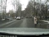 Водитель делает добрый поступок на дороге
